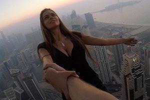 Zawisła 300 m nad ziemią na jednej ręce, żeby zrobić sobie zdjęcie. Wyczyn rosyjskiej modelki wywołał skrajne emocje [ZDJĘCIA]