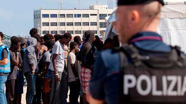 Część uratowanych migrantów schodzi z pokładu 'Aquariusa' w porcie Reggio Calabria. Włochy, 9 czerwca 2018
