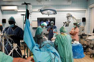Operacja guza mózgu w ciemnościach. W Czechach to standard, a w Polsce?