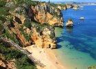 Portugalia Algarve. 1) Algarve pogoda: lato w tej portugalskiej prowincji trwa od czerwca do wrze�nia. �rednie najwy�sze temperatury zaczynaj� si� od 20oC, by wzrosn�� a� do 28oC w lipcu i sierpniu, natomiast we wrze�niu kszta�tuj� si� one w granicach 26oC. Aby unikn�� upa��w warto wybra� si� do Algarve w czerwcu lub wrze�niu. Jesieni� (pa�dziernik, listopad) �rednie temperatury powietrza oscyluj� w granicach 22oC w pa�dzierniku i 19oC w listopadzie. Wtedy te� zdarzaj� si� opady, jednak ich poziom nie przekracza 50mm/m2 - wi��� si� one przewa�nie ze sztormami, kt�re nawiedzaj� Algarve kilka razy w ci�gu jesieni. �rednie najwy�sze temperatury wiosn� wynosz� od 18oC w marcu, przez 20oC w kwietniu, a� do 22oC w maju. 2) Algarve woda: morze w okolicach Algarve najcieplejsze jest od sierpnia do pa�dziernika - 22oC. Od maja do lipca temperatura wody ro�nie od 17 do 20oC. 3) Algarve pla�e: po�udniowe wybrze�e Portugalii s�ynie z piaszczystych pla� wci�ni�tych mi�dzy ska�y i urwiska. Wiele z nich, mieszcz�cych si� w niewielkich zatoczkach, poprzecinanych jest niesamowitymi formami skalnymi. Popularne pla�e to: Praia do Amado Beach - �wietne miejsce do uprawiania surfingu, czy te� Quarteira Beach - ze wzgl�du na blisko�� deptaka i �atwy dojazd cz�sto wybierana przez rodziny z dzie�mi. 4) Algarve atrakcje: Przyl�dek �wi�tego Wincentego - najdalej na po�udnie wysuni�ty fragment Portugalii i ca�ej Europy, okre�lany jako koniec �wiata; Milreu - miasteczko przyci�gaj�ce przede wszystkim turyst�w zainteresowanych antycznymi zabytkami; Faro - najpopularniejsze miasto w ca�ym regionie, z ciekaw� star�wk� otoczon� murami obronnymi i Se - katedr�, kt�ra na skutek wielu przebud�w ��czy w sobie kilka styl�w architektonicznych; oraz Muzeum Morskim i Kaplic� Ko�ci (atrakcja dla turyst�w o mocnych nerwach), kt�ra mie�ci ponad 1000 ko�ci mnich�w; Parque Natural da Ria Farmosa - laguna b�d�ca siedliskiem wielu gatunk�w ptactwa wodnego i skorupiak�w;  Silves - malownicze miasto o d�ugiej hist