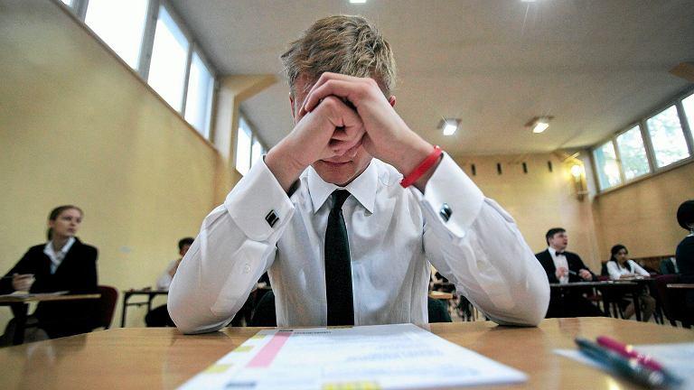 21 uczniów Technikum nr 3 w Chojnicach będzie musiało powtórzyć maturę z języka angielskiego. Powód? Jeden z nauczycieli z komisji egzaminacyjnej pomylił płyty CD z nagraniem do zadania ze słuchu