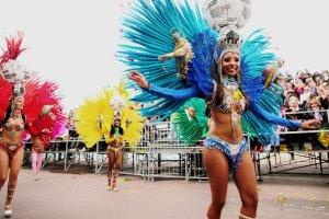 Dźwięki Samby, skąpo ubrane tancerki i atmosfera zabawy - tak rozpoczyna się uroczysty nicejski karnawał. Grupy performerskie, taneczne i aktorskie przyjeżdżają z całego świata, żeby wziąć udział w paradzie. Na zdjęciu - grupa tancerek z Brazylii, które na południe Francji sprowadziły nieco atmosfery z karnawału w Rio de Janeiro.