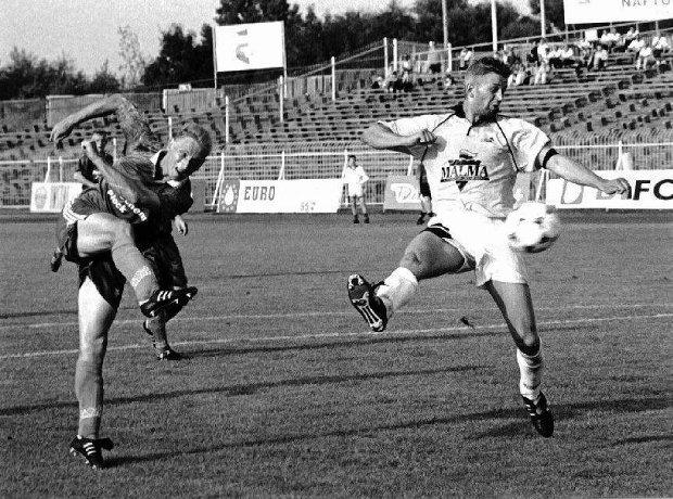 Marek Jakóbczak (z lewej w barwach Petrochemii) podczas meczu w Płocku w 1996 r.