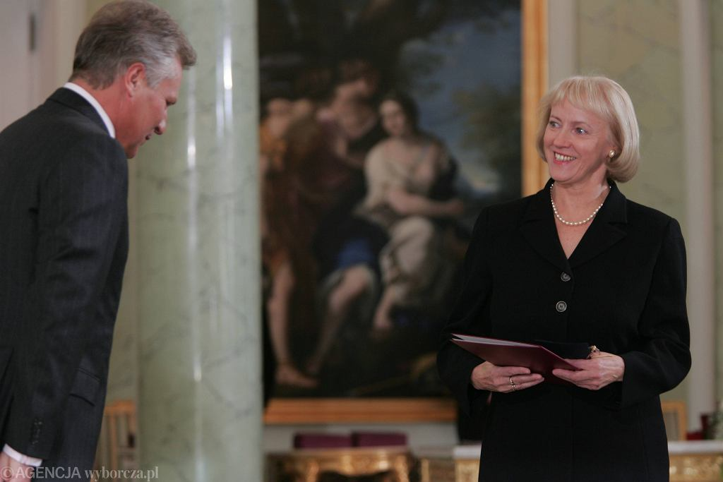 Minister finansów Teresa Kamińska podczas zaprzysiężenia rządu Kazimierza Marcinkiewicza w październiku 2005 roku. Z lewej ówczesny prezydent Aleksander Kwaśniewski.