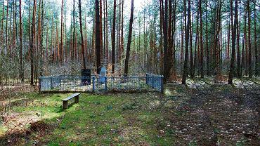 'Tu była wieś polska Parośla' - głosi napis na pamiątkowej tablicy na leśnej polanie. Niżej padają nazwiska 26 zamordowanych rodzin