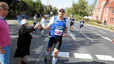 85-letnia pani Kazimiera przybijała maratończykom piątki