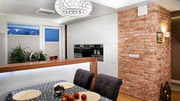 W starej kamienicy wystarczy usunąć tynk - i już można cieszyć oko ciepłem i urodą ceglanej ściany. Gdzie indziej można się ratować plastrami cegły lub imitującymi ją płytkami. Oto wnętrza z ceglanymi ścianami w roli ozdoby. <BR />ARANŻACJE WNĘTRZ - ŚCIANY. Ceglana ściana na przedłużeniu wysokiej zabudowy kuchennej jest dekoracyjnym łącznikiem w otwartej części dziennej - salonie połączonym z kuchnią i przedpokojem.