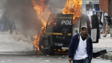 Zamieszki w Baltimore. Kolejne starcia po pogrzebie Freddiego Gray'a. Siedmiu rannych policjant�w