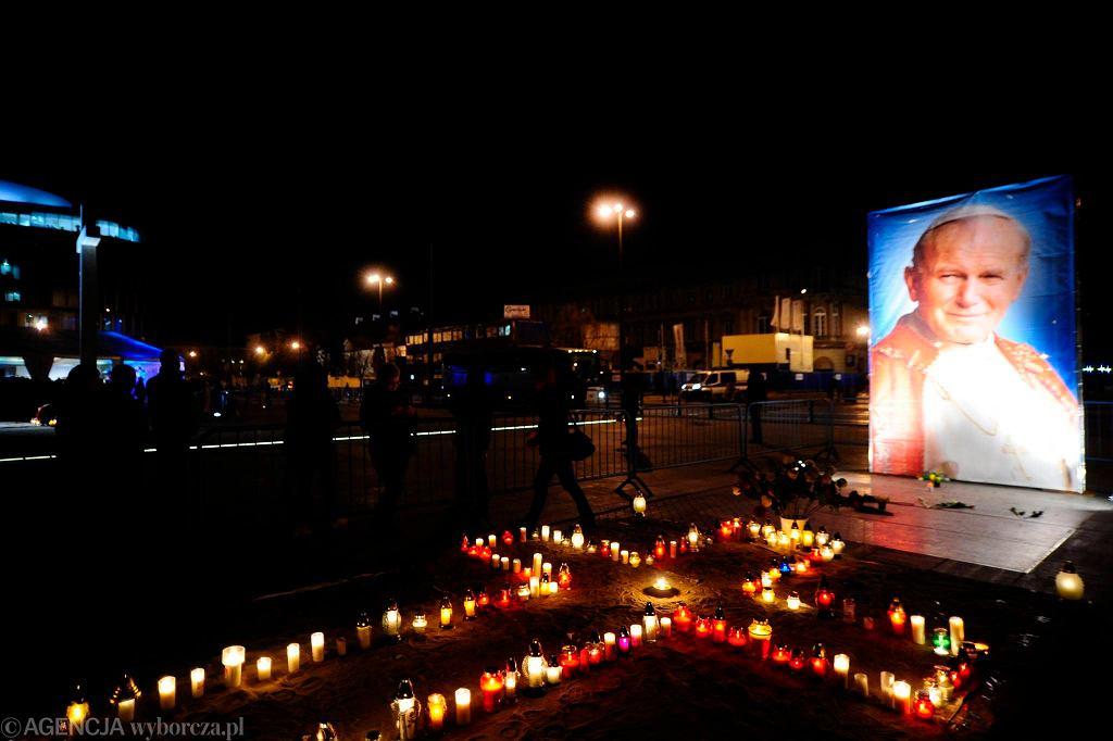 Plac Piłsudskiego w 9. rocznicę śmierci Jana Pawła II