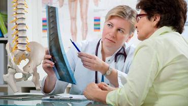 Kręgozmyk zwyrodnieniowy to choroba kręgosłupa. Schorzenie bardzo często wymaga leczenia operacyjnego