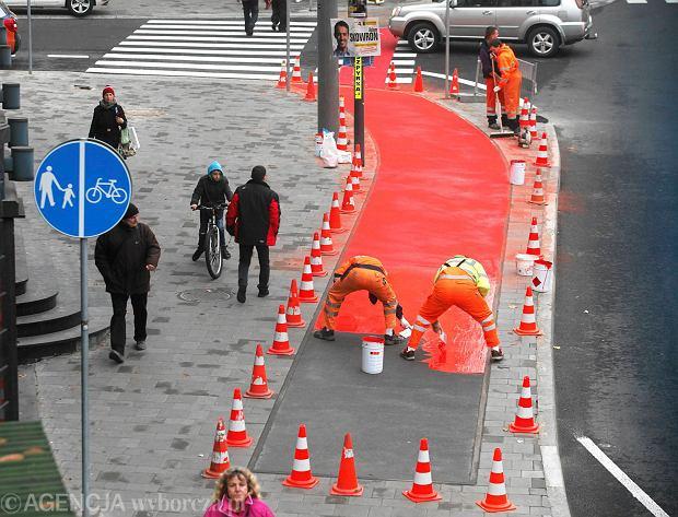 Malowanie ścieżki rowerowej przy kinoteatrze Rialto