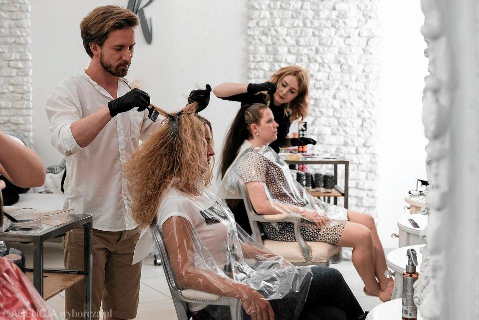 Finalistki w Atelier Fryzjerstwa Marcina Kasprzaka. Na zdjęciu Ania