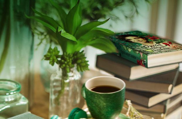 Książka i kawa. Latte i 'Ogród małych kroków'