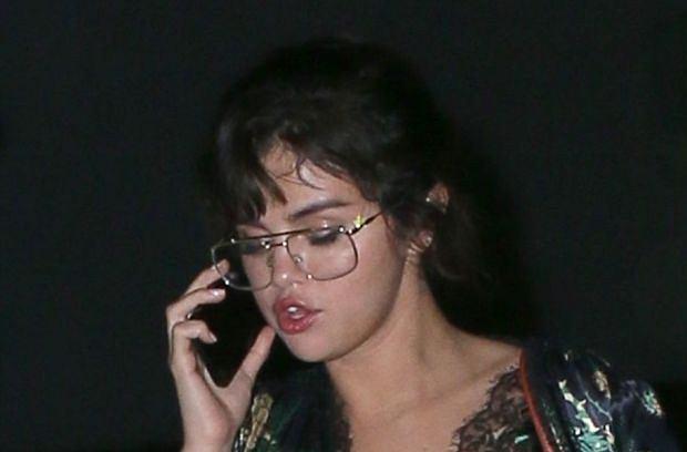 Tym razem Selena Gomez nie popisała się swoją stylizacją. Gwiazda wyszła na ulicę w babcinym stroju. Sami zobaczcie i oceńcie.
