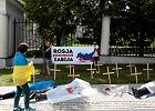 Ukraińcy z trumnami, krzyżami pod ambasadą Rosji