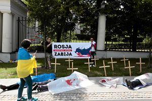 Ukrai�cy z trumnami, krzy�ami pod ambasad� Rosji