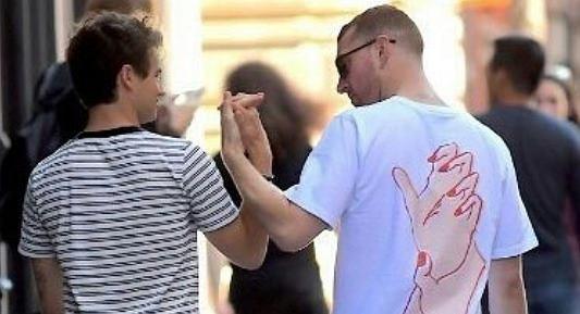 Paparazzi przyłapali Sama Smitha na namiętnym pocałunku z aktorem, znanym z roli Justina Foleya w 13 Powodów, Brandonem Flynnem.