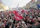 Komitet Obrony Demokracji na placu Wolno�ci w Poznaniu. Demonstrowa�o kilka tysi�cy os�b