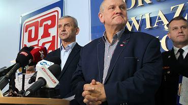 10.07.2018, Warszawa, konferencja prasowa OPZZ, od lewej: Sławomir Broniarz (prezes ZNP), Jan Guz (przewodniczący OPZZ), Krzysztof Jędrochowicz (członek Zarządu Krajowego ZZ Strażaków Florian).