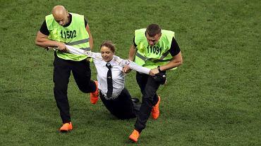 Akcja Pussy Riot 'Milicjant wchodzi do gry' na płycie stadionu podczas finałowego meczu  mistrzostw świata w piłce nożnej. Moskwa, 15 lipca 2018 r.
