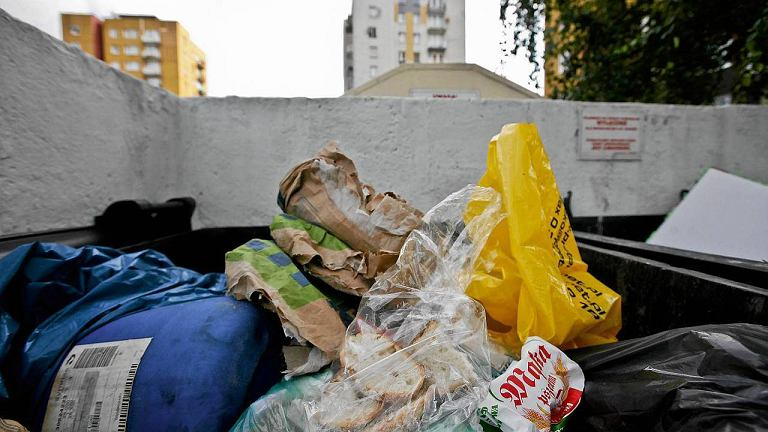 Chleb w śmietniku to niestety na naszych osiedlach coraz częstszy widok