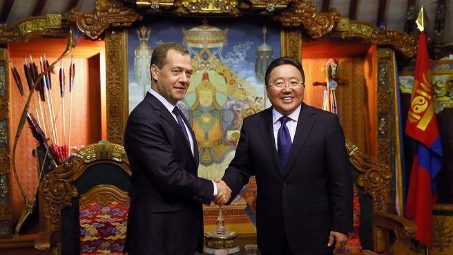 Rosyjski premier Dmitrij Miedwiediew i prezydent Mongolii Tsakhiagiin Elbegdorj (fot. government.ru)