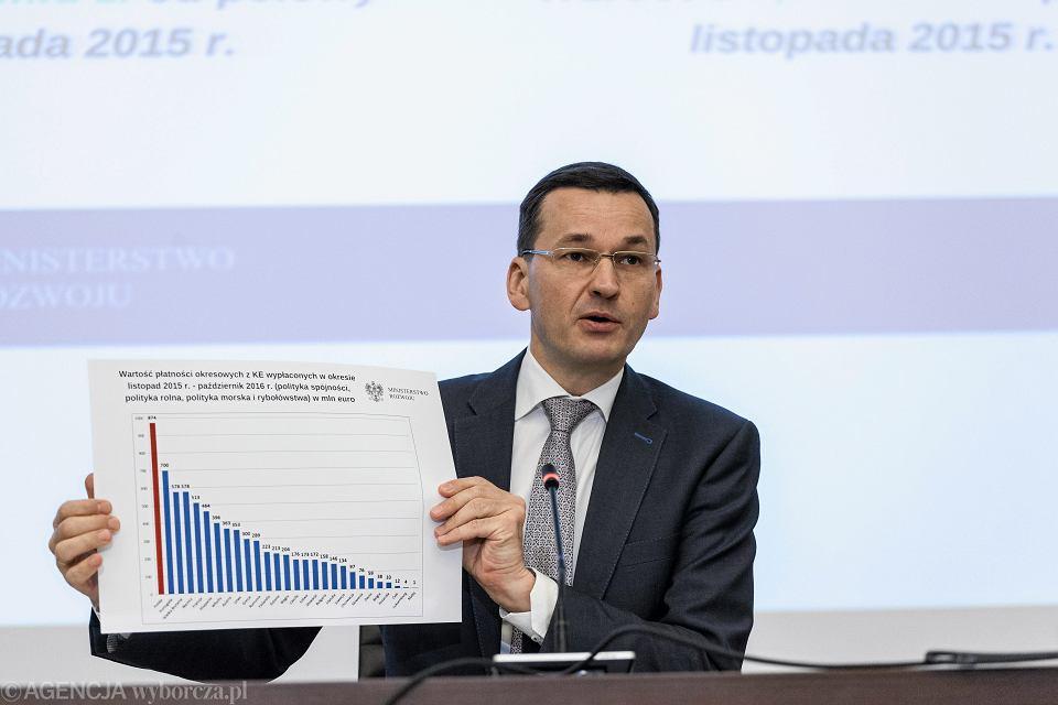7.11.2016, Warszawa, ówczesny minister rozwoju Mateusz Morawiecki pokazuje wykres z wartościami środków unijnych wypłaconych Polsce w latach 2015-16.