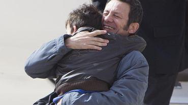 Javier Espinosa i jego syn Yerai na lotnisku wojskowym Torrejón de Ardoz