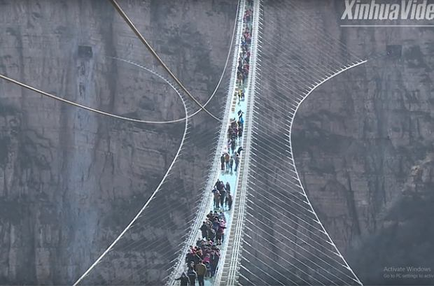 Najdłuższy szklany most na świecie już otwarty. Spacer po nim jest tak przerażający, że ludzie proszą o pomoc asystentów