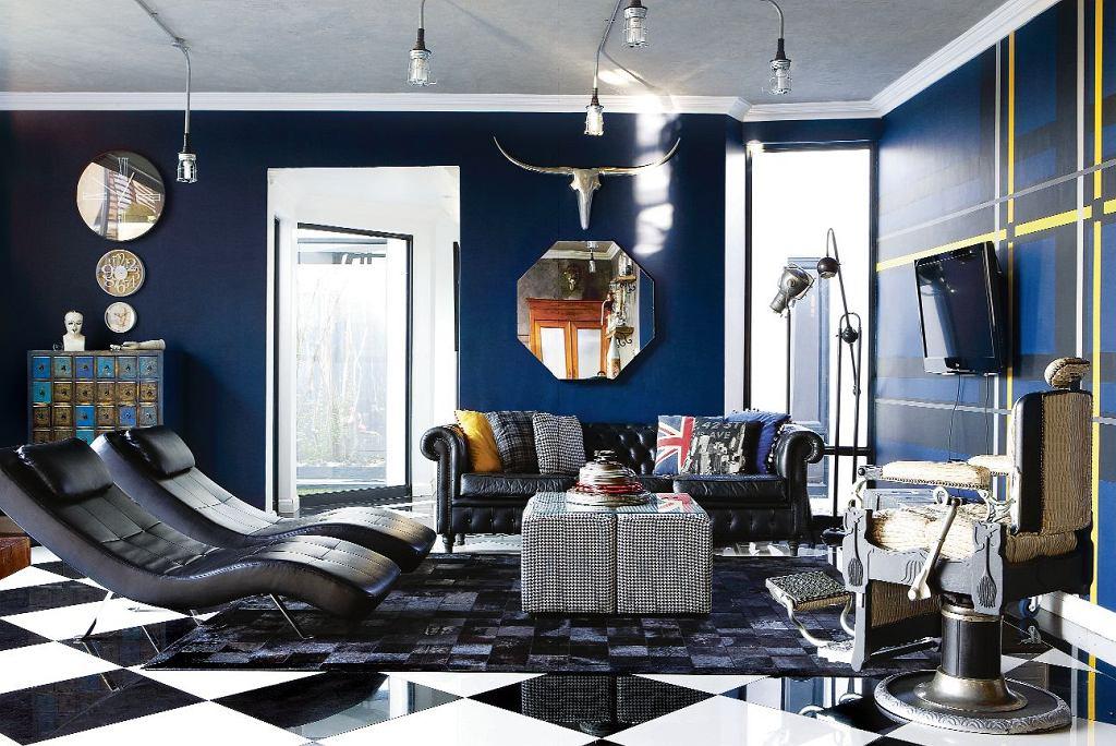 Sofa typu Chesterfield pochodzi z domu rodzinnego Sachy.  - Na niej się wychowałam - wspomina. Ciemne ściany, obite czarną skórą leżanki (Sevens), zabytkowy fotel dentystyczny i przemysłowe  lampy kreują klimat mrocznej steampunkowej fantastyki.