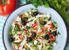 Pomidorowa sałatka ze szpinakiem, młodą kapustą i oliwkami - ugotuj