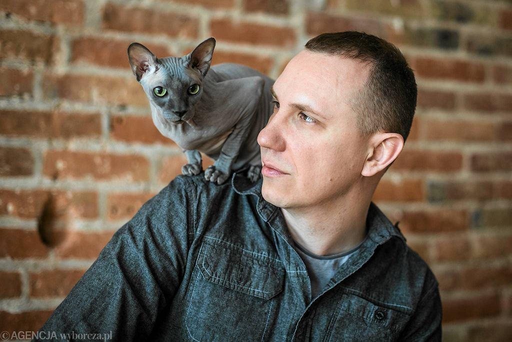 Paweł Piotr Reszka ze swoim kotem / JAKUB ORZECHOWSKI