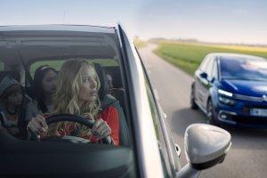 Radio i klimatyzacja w samochodzie to dzisiaj standard.  Za co warto dopłacić podczas zakupu auta?
