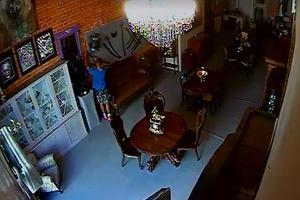 Nastoletni złodziej w sklepie z antykami. Ukradł szablę z XIX wieku [WIDEO]