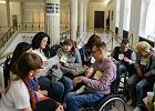Chcieli wejść do Sejmu i pomóc niepełnosprawnym. Kancelaria odpowiedziała krótko