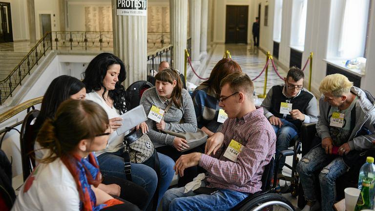Protest dzieci i rodziców dzieci niepełnosprawnych w Sejmie