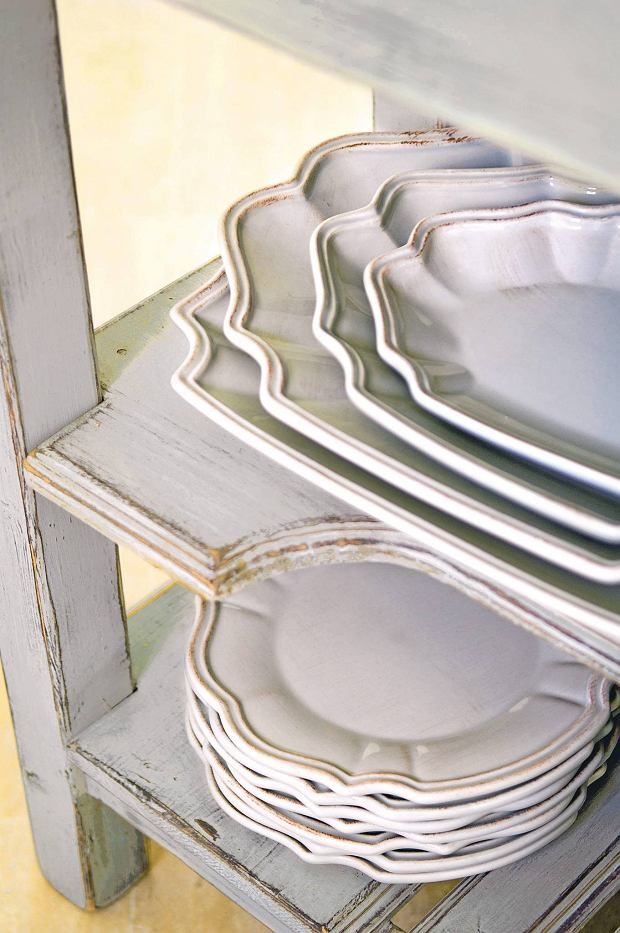 Provencal holiday house with courtyard garden SLOWA KLUCZOWE: day colour interior kitchen oven dresser crockery plate distressed worn china shelf shelving close up French white room tableware