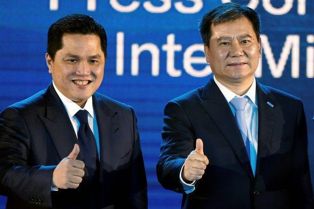 Prezydent Inter Mediolanu Eric Thohir i Zhang Jindong z firmy Suning