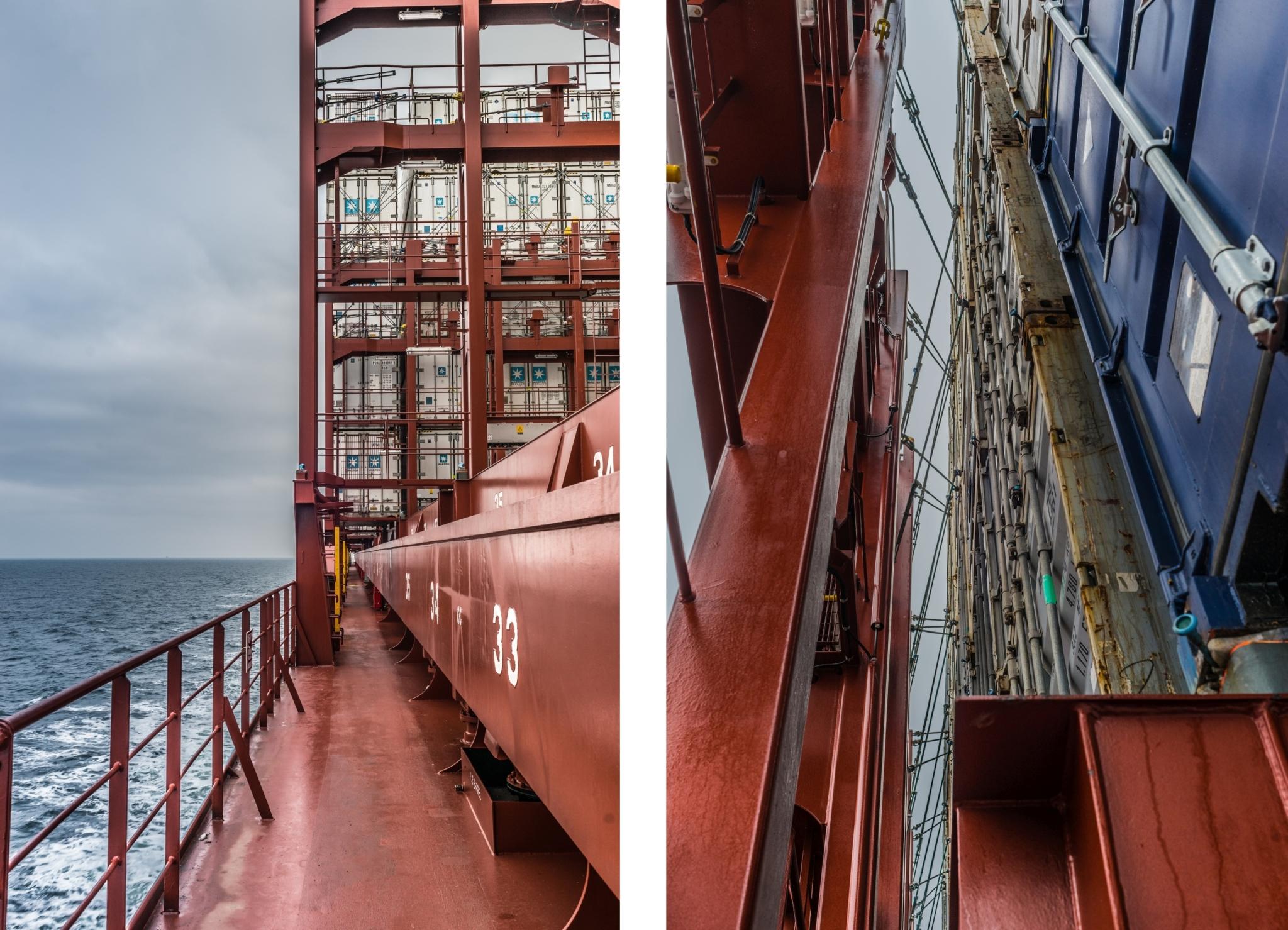 Widok z pokładu na tzw. lashing bridge, czyli rusztowanie do mocowania kontenerów i widok na same kontenery (fot. Robert Urbaniak)
