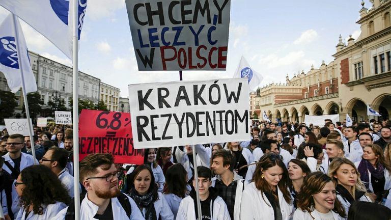 Wiec protestujących lekarzy rezydentów