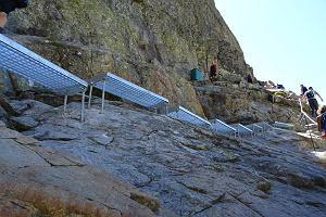 """Słowacy budują metalowe schody na Rysy. A w komentarzach: """"Szkoda, że nie ma windy"""""""