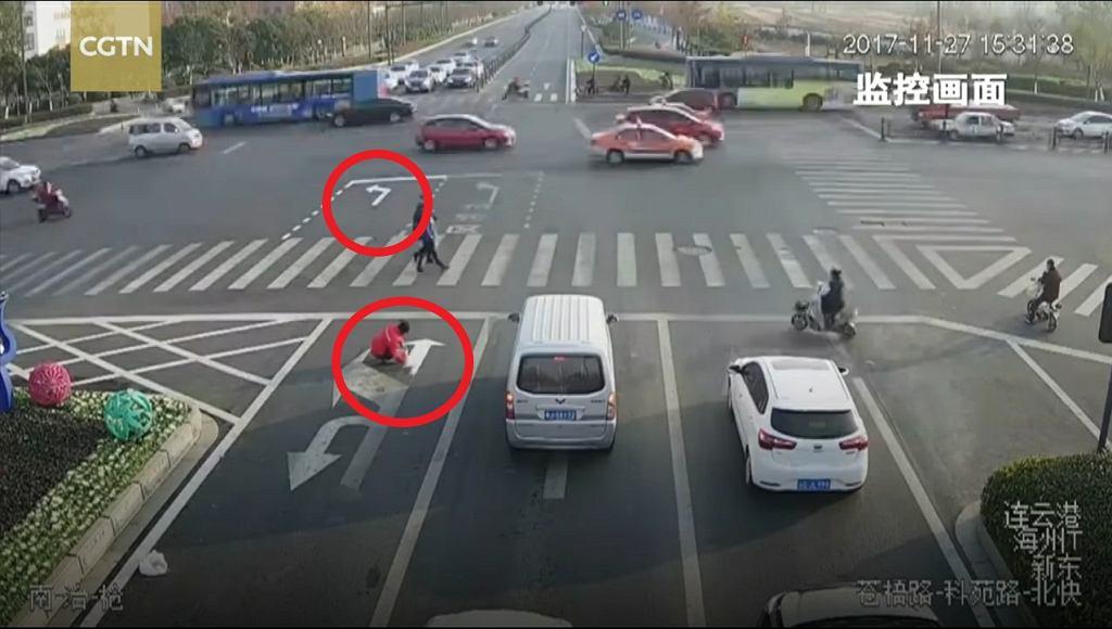 Mężczyzna malujący linie na jezdni