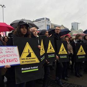 Gor�co na Strajku Kobiet. Przepychanki. Policja wkracza do akcji