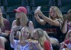 Internet �mieje si� z dziewczyn, kt�re podczas meczu robi� sobie selfie. Nies�usznie
