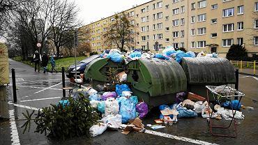 Śmieci czekające na wywóz z osiedla Zwycięstwa - Winogrady, Poznań, styczeń 2018