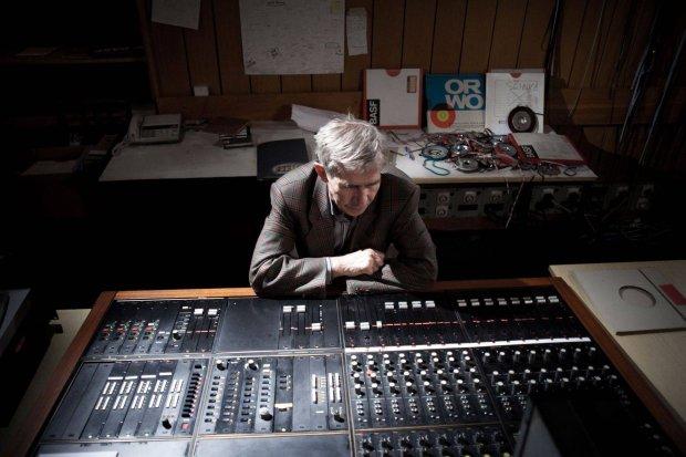 Eugeniusz Rudnik pracuje w budynku Polskiego Radia na resztkach sprzętu, który został po Studiu Eksperymentalnym PR