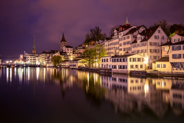 Piękna, alpejska architektura nad brzegiem rzeki Limmat w Zurychu, D.Bond / shutterstock.com