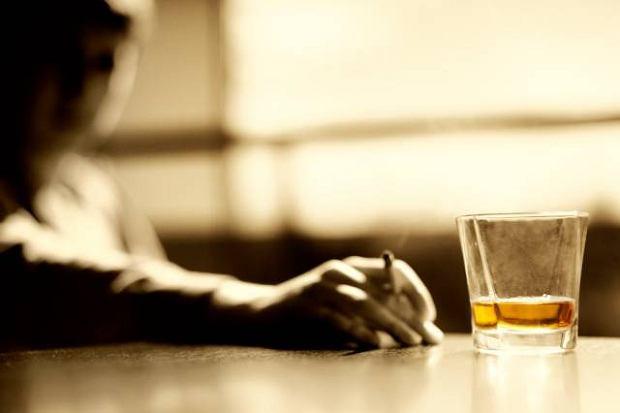 Neuropatia alkoholowa prowadzi do uszkodzenia o�rodkowego uk�adu nerwowego i dotyka niemal 30 proc. os�b z problemem alkoholowym