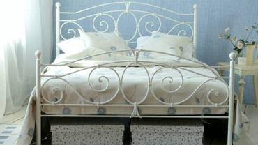 Metalowe retro łóżka.