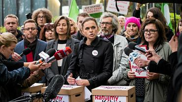 Barbara Nowacka podczas złożenia podpisów do marszałka Sejmu pod obywatelskim projektem ustawy o prawach kobiet i świadomym rodzicielstwie
